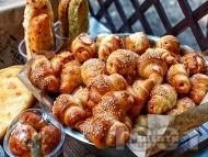 Малки солени кифлички с масло и сирене, кисело мляко и суха мая, поръсени със сусам
